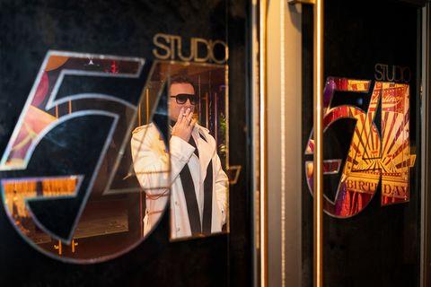 ewan mcgregor como halston a las puertas del studio 54 en la serie de netflix