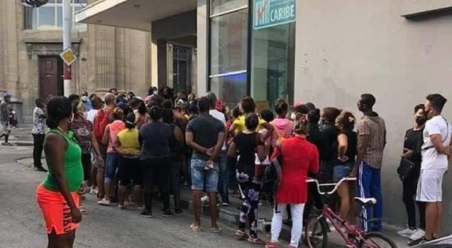 Colas y aglomeraciones a la orden del día en Santiago de Cuba en medio de compleja situación sanitaria